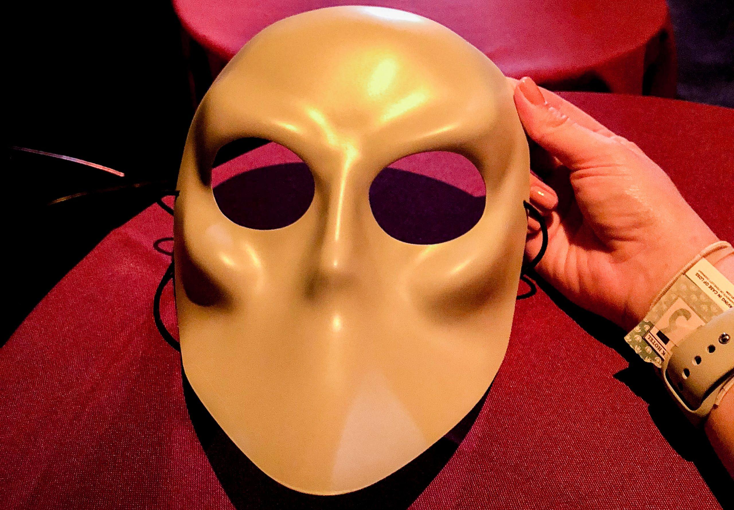 Foto da máscara que os visitantes usam durante o Sleep No More, experiência de teatro imersiva em Nova York