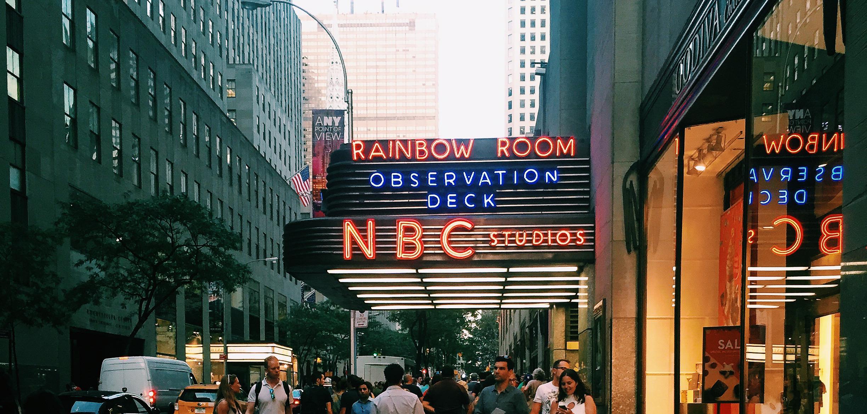 Foto do prédio da NBC em Nova York, onde acontecem gravações de programas de TV que são abertas ao público