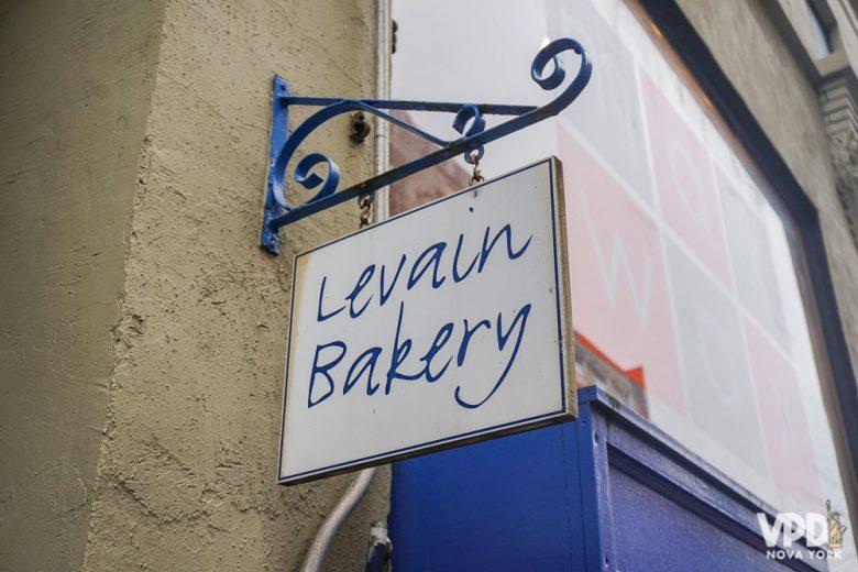 Placa na entrada da Levain Bakery, lar de um dos melhores cookies de NY