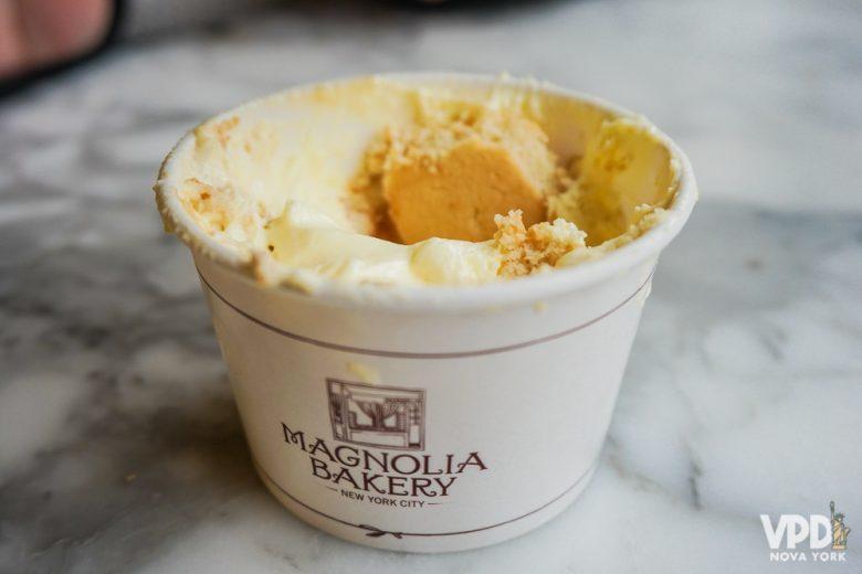 Foto do Banana Pudding da Magnolia Bakery no potinho, sobre uma mesa de mármore.