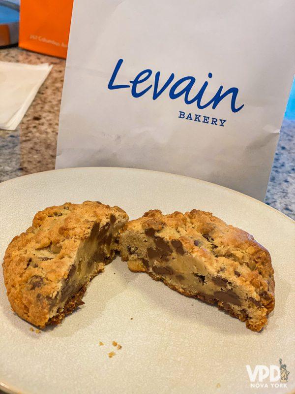Foto do cookie original da Levain Bakery, cortado ao meio mostrando os pedaços de chocolate