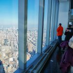 Foto da cidade vista do One World Observatory, o observatório do World Trade Center, com o céu azul ao fundo