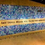 "Foto da frase ""No day shall erase you from the memory of time"" na parede do Museu do 11 de Setembro em Nova York"