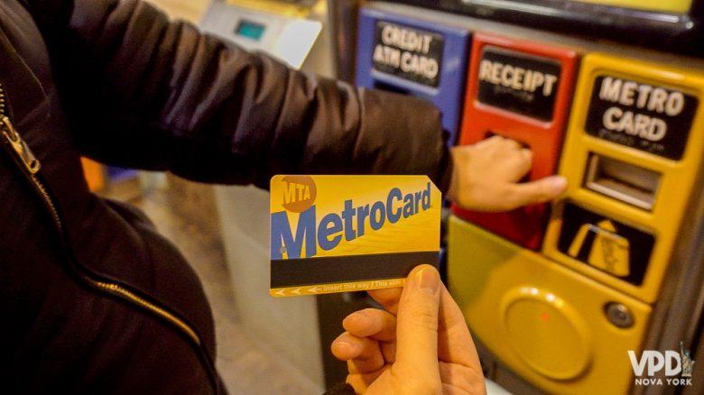 Foto de uma mão segurando o MetroCard