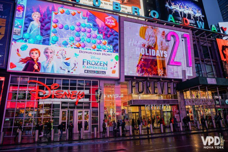Foto das lojas da Disney e Forever 21 na Times Square