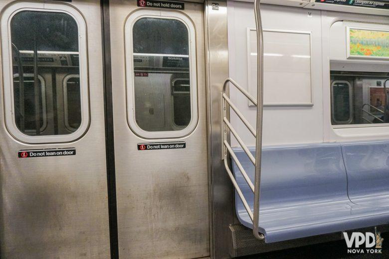 O metrô realmente é bem eficiente, mas tem outros pontos pra você levar em conta se quiser se hospedar fora de Manhattan. Foto do metrô de Nova York por dentro.