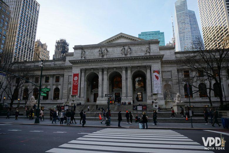 Foto da entrada de um museu em Nova York