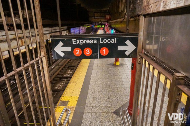 Placa da estação de metrô, identificando as linhas locais e expressas