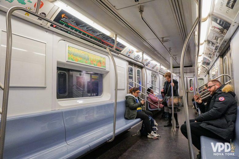 Trem do metrô de NY. Raramente fica vazio como na foto
