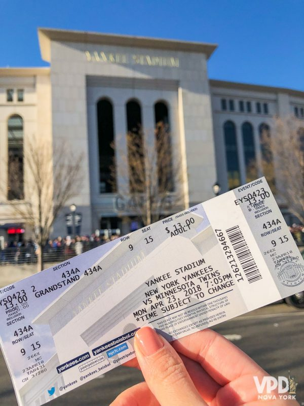 o ingresso do jogo de baseball, em frente ao estádio dos Yankees.