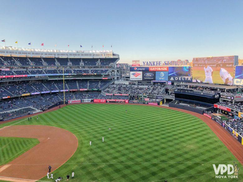 jogo de baseball no estádio.