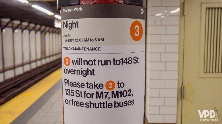 Plaquinhas do metrô com informações importantes