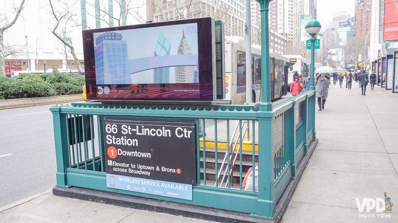 Foto da entrada da estação do metrô de NY