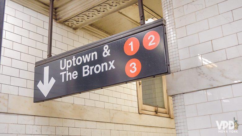 Placa do metrô indicando Uptown e o Bronx