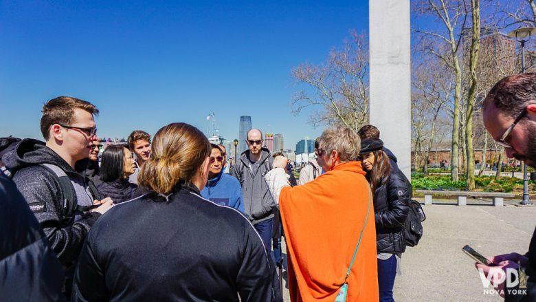 Foto do guia de um tour de graça explicando sobre um ponto turístico