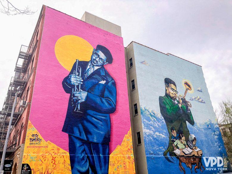 Foto das paredes com arte de rua no tour do Harlem.