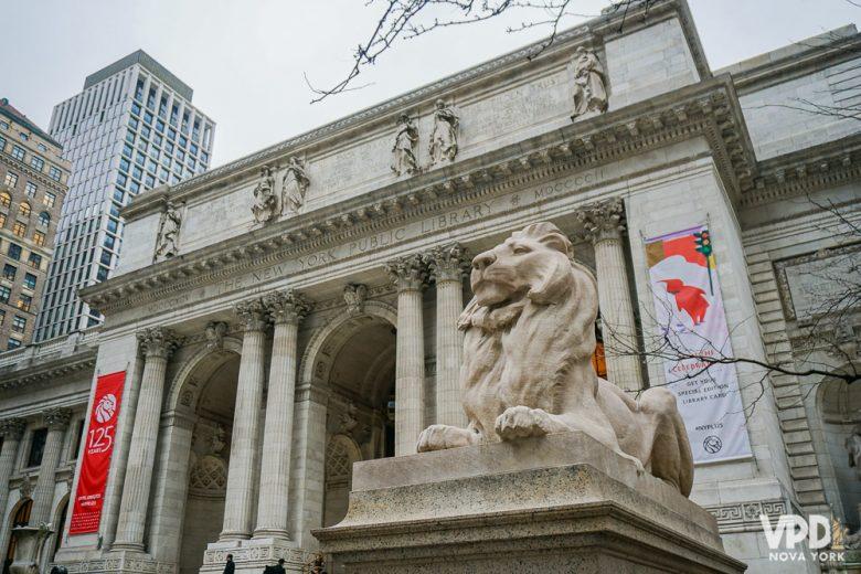 Foto da entrada da Biblioteca Nacional de Nova York, ponto de um tour de graça da cidade.
