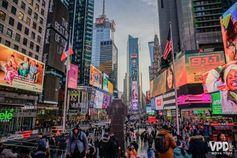 Foto da Times Square muito cheia ao anoitecer. Se hospedar dentro ou fora de Manhattan? Sempre uma dúvida na hora do planejamento!