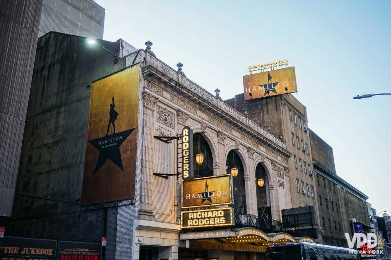 Foto da entrada da Broadway, com cartazes do musical Hamilton