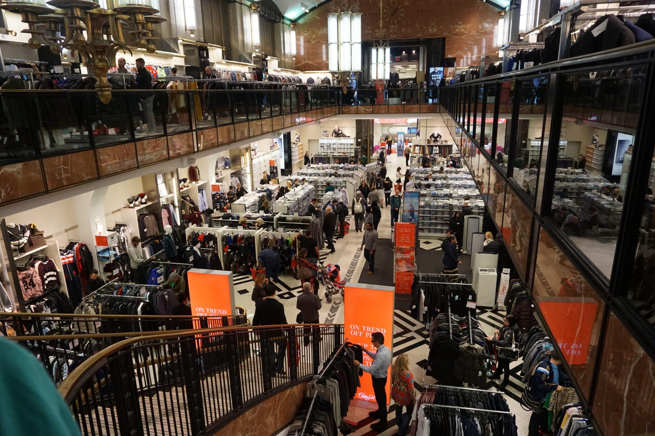 Foto da enorme loja Century 21 em Nova York, um dos lugares mais interessantes para as compras