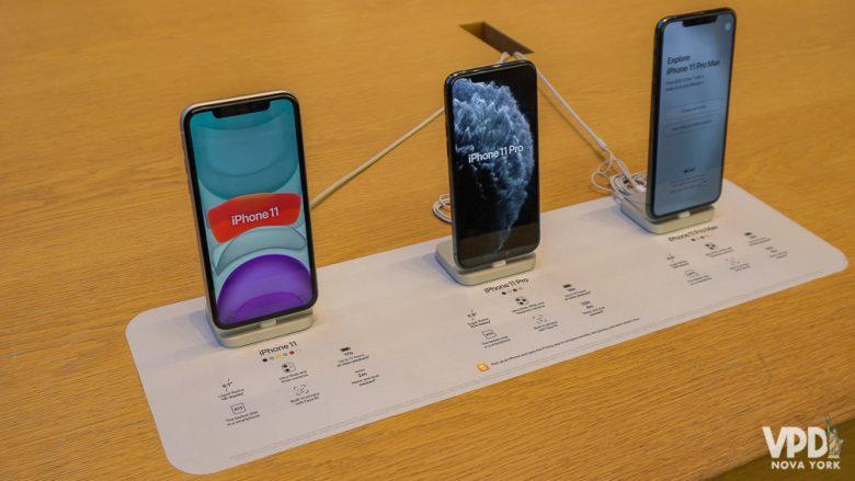 Foto de iPhones em exposição em uma loja