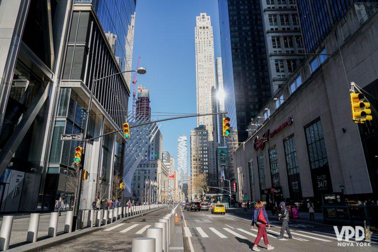 Foto de uma rua em Nova York, com edifícios altos ao fundo