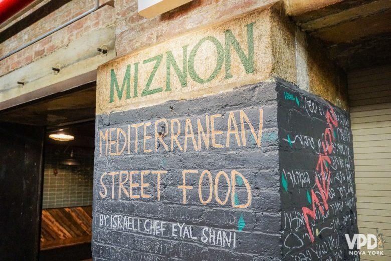 entrada do Miznon, exemplo de restaurante que alterou o cardápio.