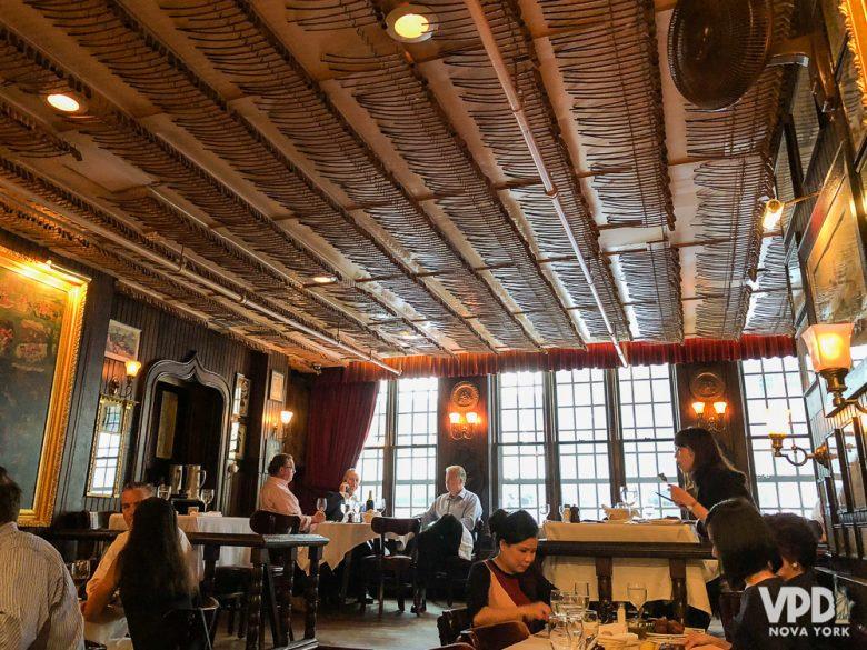 Foto do interior do restaurante Keens Steakhouse em Nova York