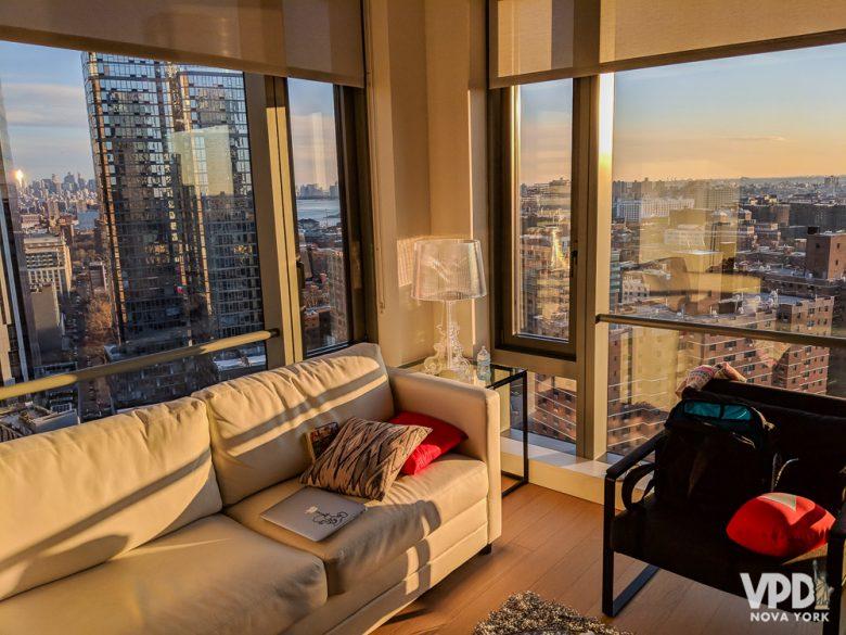 Alugar um apartamento inteiro é uma opção de hospedagem com preço parecido de hotel, mas com muito mais espaço. Foto da sala de um apartamento alugado no Airbnb