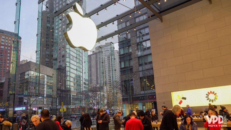 Todas as lojas são parecidas, então vale procurar uma fora da rota mais turística pra comprar iphone. Foto de uma loja da Apple em Nova York, cheia de pessoas e com a maçã que é o logo em tamanho gigante sobre o vidro