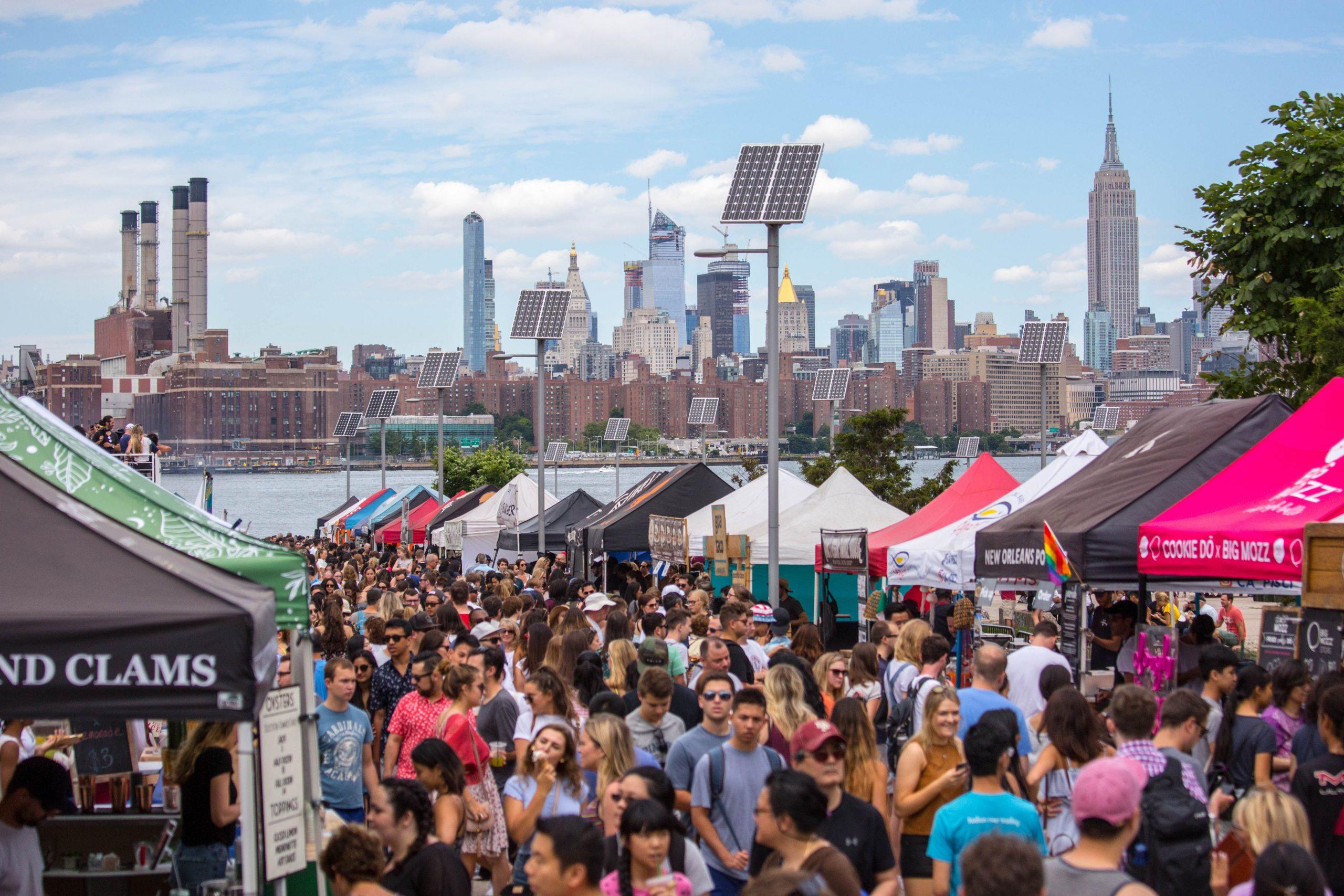 Foto das pessoas e das barracas durante o Smorgasburg , uma das feirinhas de comida mais famosas de Nova York, que acontece no verão