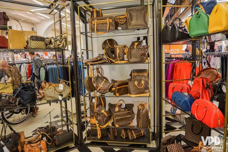 Foto de muitas bolsas de diversas cores à venda na Century 21