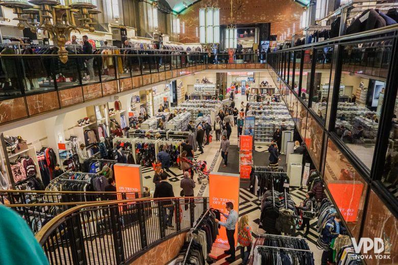 Foto da loja vista de cima, muito grande e com uma grande quantidade de produtos em prateleiras e araras