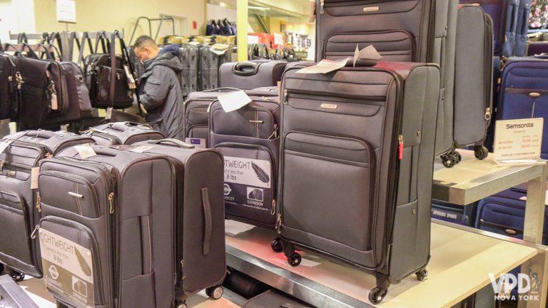 Foto das malas à venda na loja, em diversos tamanhos