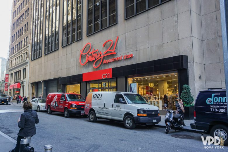 Foto do letreiro na fachada da loja Century 21 em Nova York, com letras vermelhas sobre o fundo bege