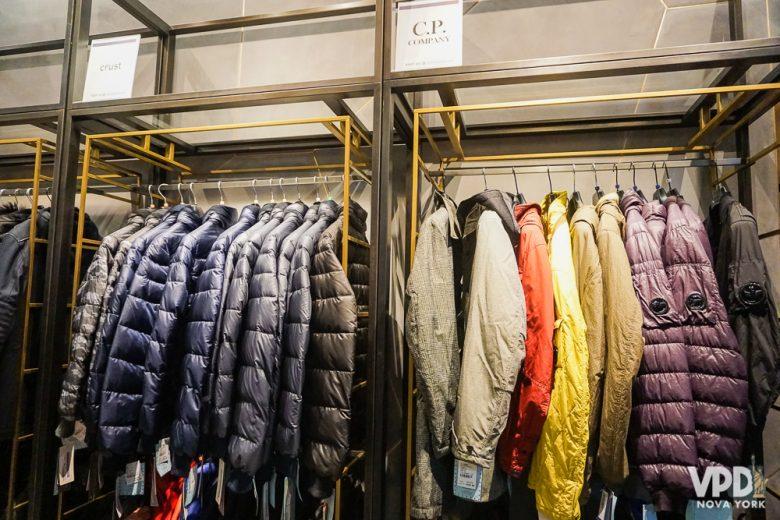 Foto de uma arara com casacos de nylon na Century 21
