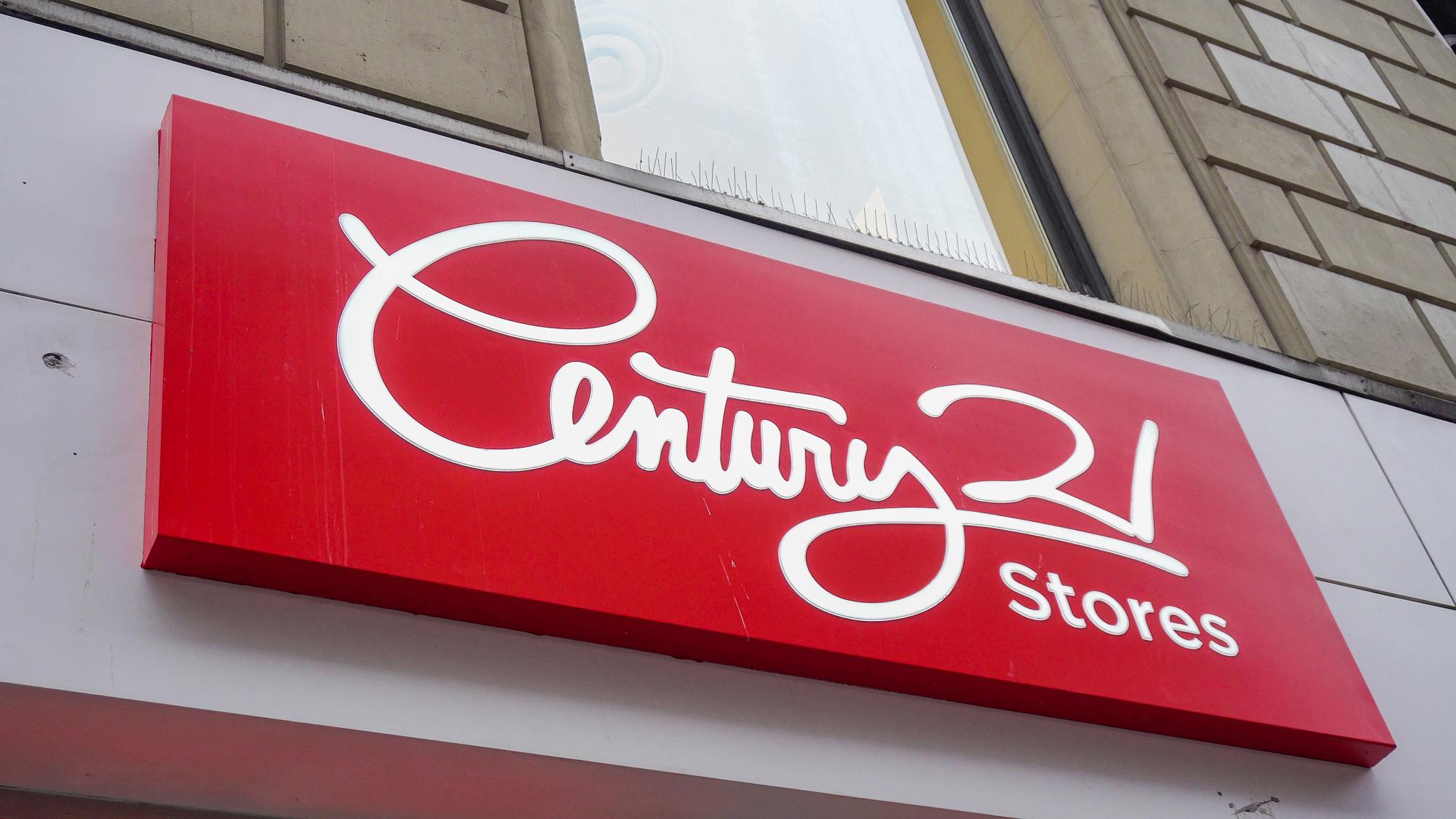 Foto da placa da loja Century 21 em Nova York, com letras brancas sobre um fundo vermelho