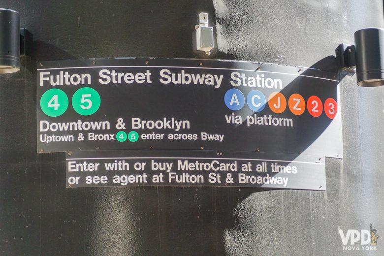 Ter internet no celular o tempo todo pode te dar mais segurança na viagem. Foto da placa na entrada da estação de metrô
