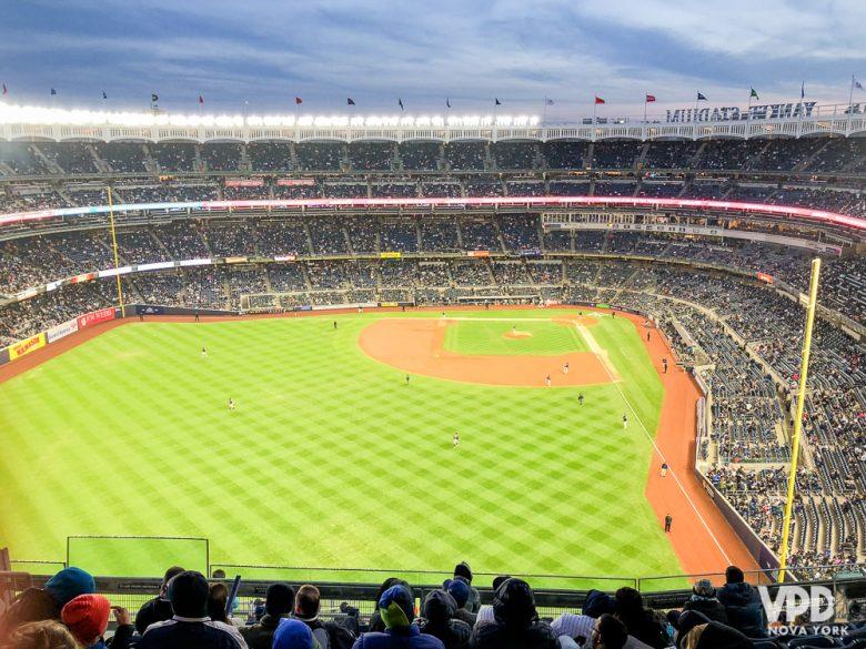 Os jogos de baseball são uma programação bem americana e bem divertida que acontecem nessa época. Foto do estádio durante o jogo