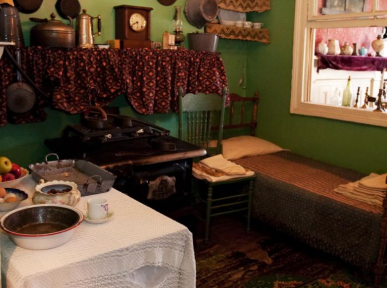 Foto do site do museu mostrando o quarto de uma família imigrante do século 19