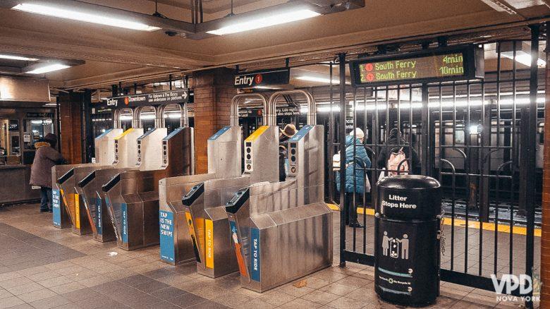 Foto das catracas do metrô de Nova York