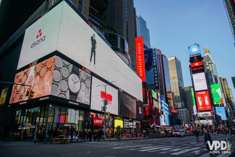 Foto da Times Square movimentada no fim do dia