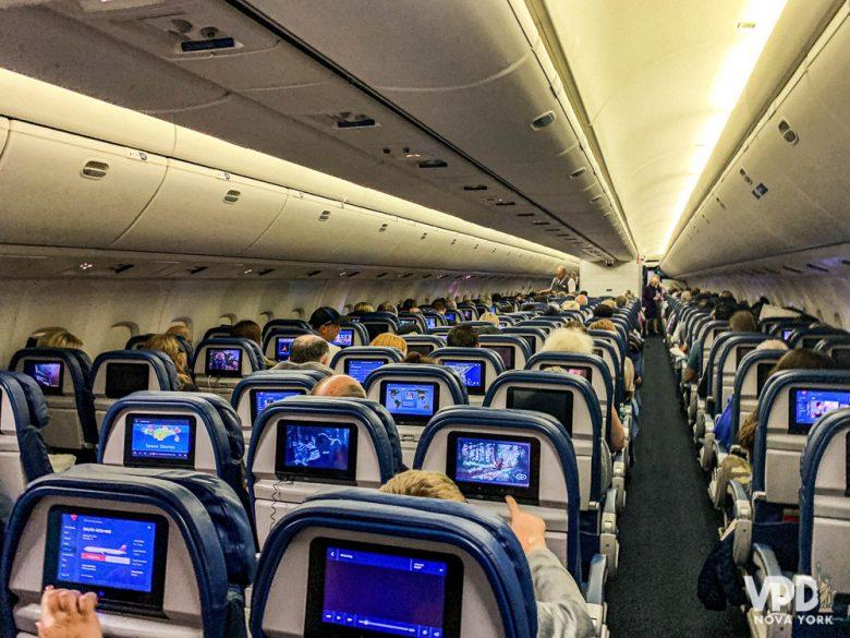 Comprando o chip de celular no Brasil, você já sai do avião com internet. Foto das poltronas no interior do avião