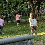 Foto de crianças brincando na grama em um parque em Nova York