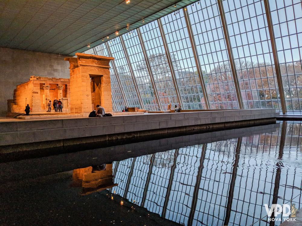 Foto do interior de um museu em Nova York, com amplas janelas de vidro.