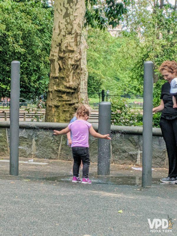 Foto de uma criança brincando em um parque de Nova York