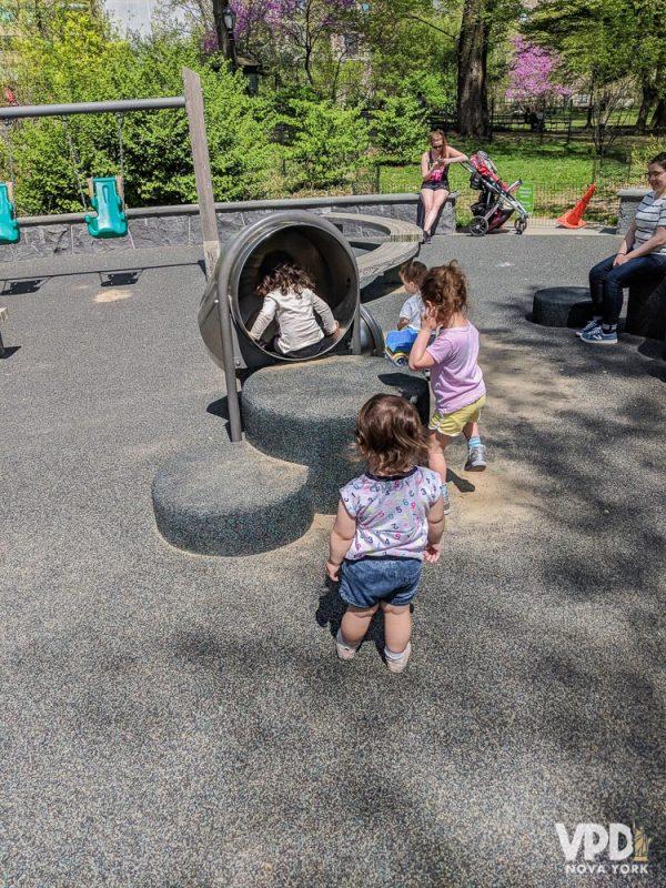 Foto de crianças brincando em um parquinho em Nova York