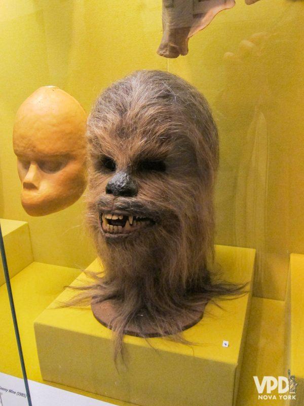 Cabeça do Chewbacca, da saga de Star Wars, apoiada em um fundo amarelo.