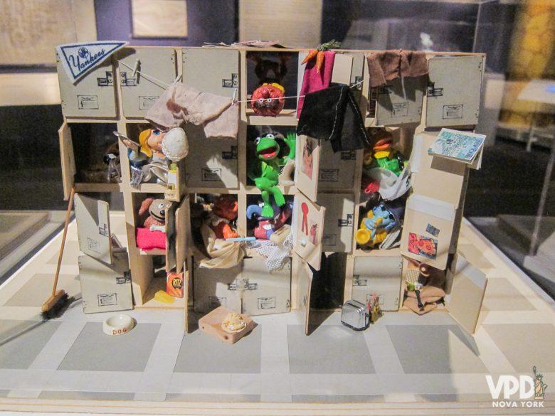Maquete mostrando como era feito o Muppet Show, com várias portinhas e puppets empilhados.