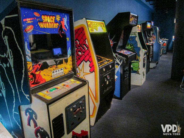 Vários consoles diferentes de videogames em uma sala do Museum of Moving Image.